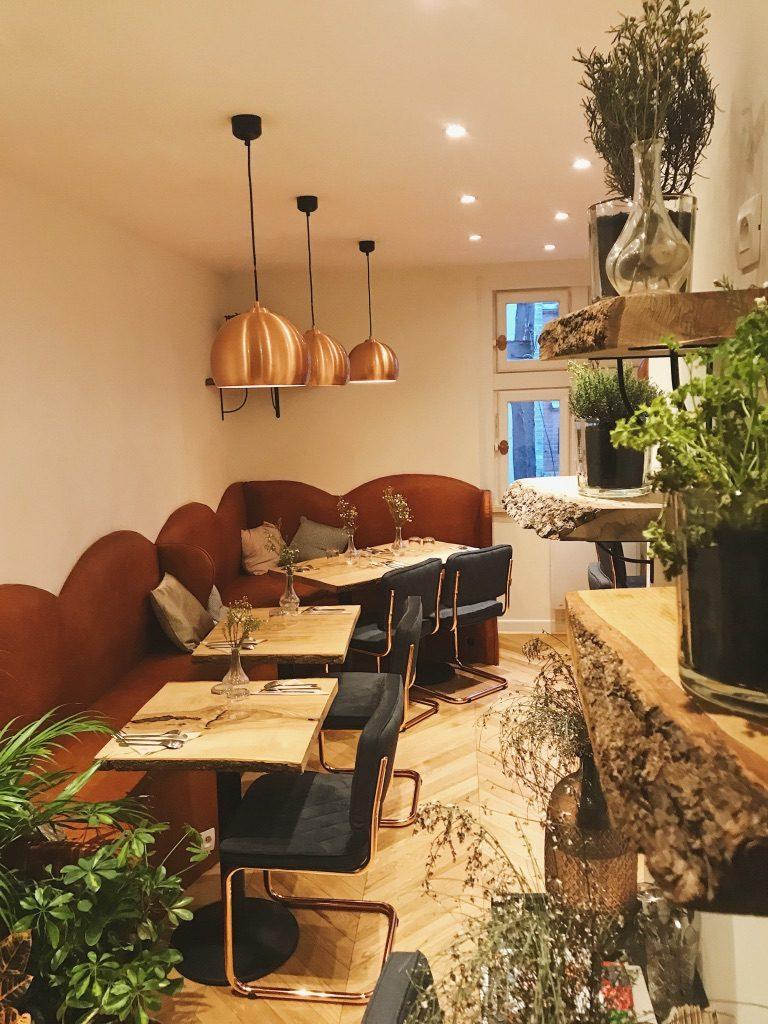 Etage du restaurant bolibol à Rouen. Lieu design et décoration moderne pour déguster des bowls : table en bois, lampe cuivre