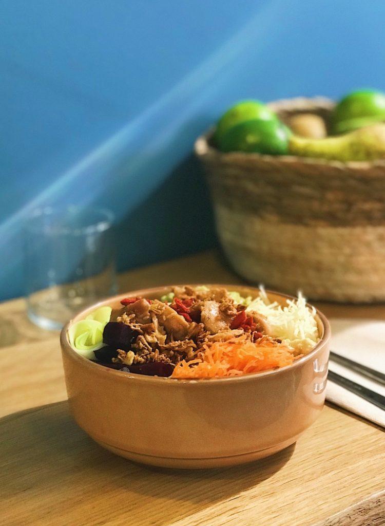 buddha bowl de bolibol sous le sol dans un bol carrotte panais quinoa poulet betteraves